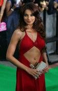 Бипаша в красном платье с нескромным клатчем