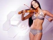 Селина Джайтли со скрипкой в купальнике